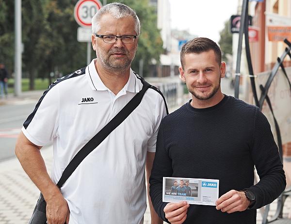 Tipovačka na facebooku OFS Hradec pokračuje, vítěz Oldřich Filipi převzal dárkový poukaz JAKO